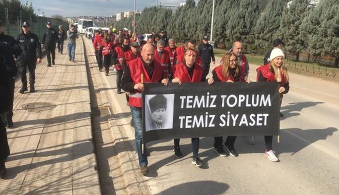 Kırmızı yelekli CHP'liler Ankara'ya yürüyor