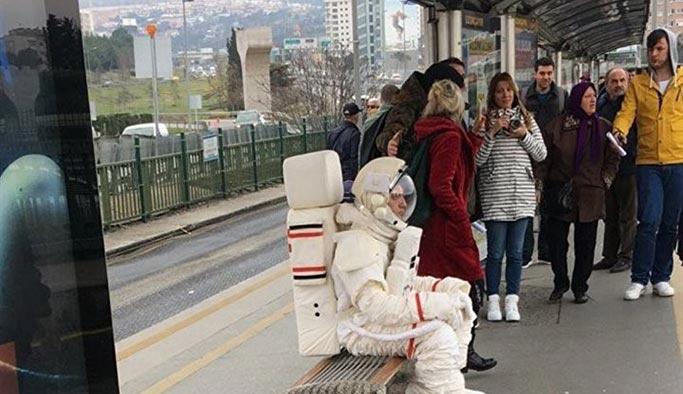 Metrobüsteki astronotun sırrı çözüldü