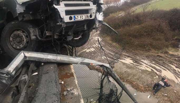 TEM'de TIR kazası, şoför viyadükten düştü