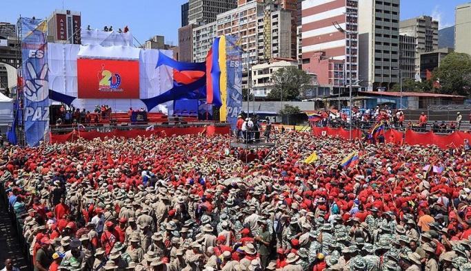 Maduro yanlıları askeri kıyafetlerle meydanlara indi