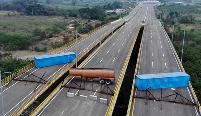 Venezuela ABD'ye yolları barikatlarla kapattı