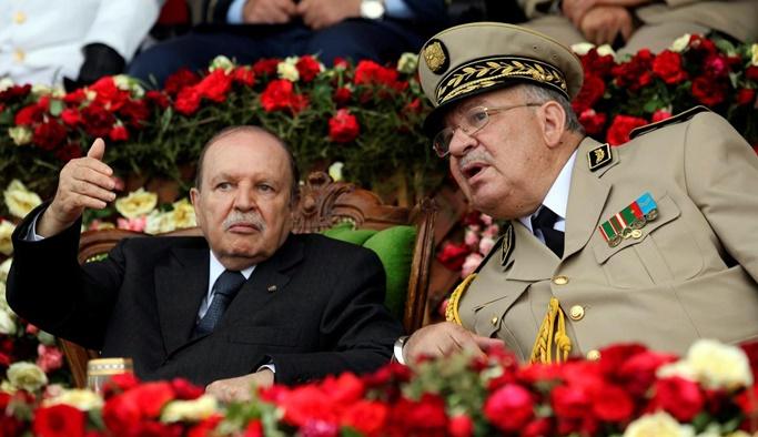 Cezayir'de Genelkurmay başkanı krize el koydu