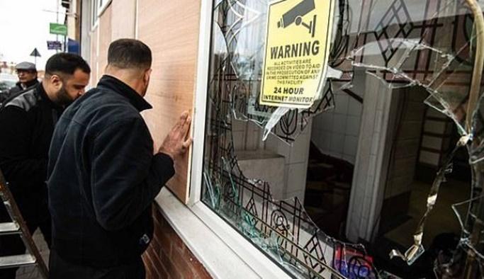 İngiltere'de 4 camiye İslamofobik saldırı