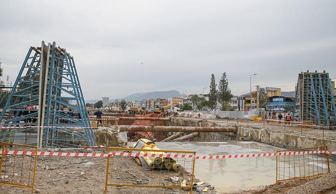 İzmir'de metro inşaatı çöktü, enkazda işçiler var