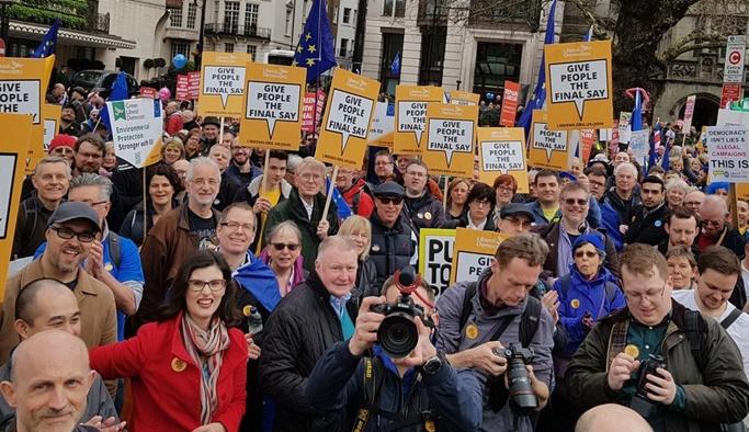 Londra'da binlerce kişi Brexit için sokağa indi