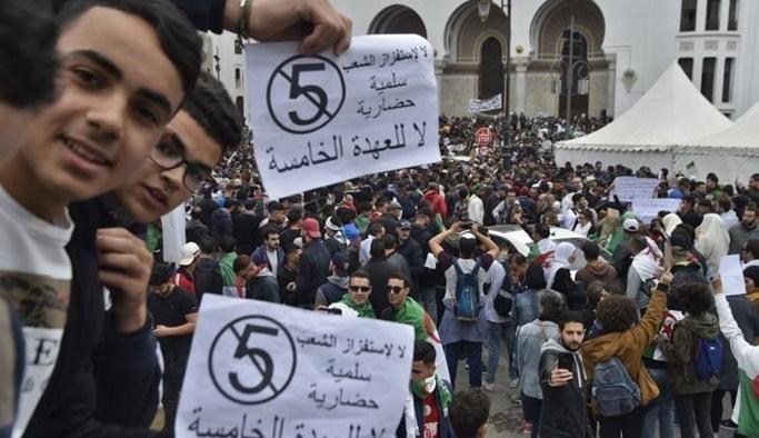 Cezayir'de on binler sokaklara çıktı