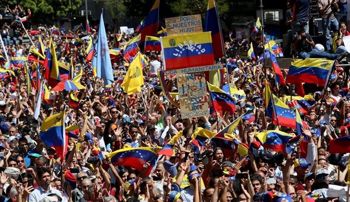 Venezuela'da hükümet yanlıları sokağa iniyor