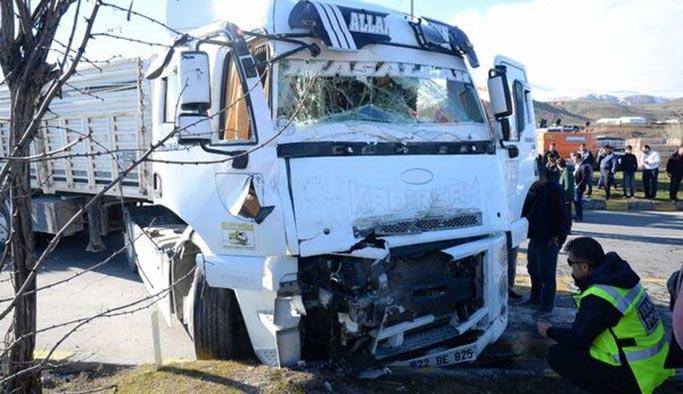 Bitlis'te TIR ve yolcu otobüsü çarpıştı