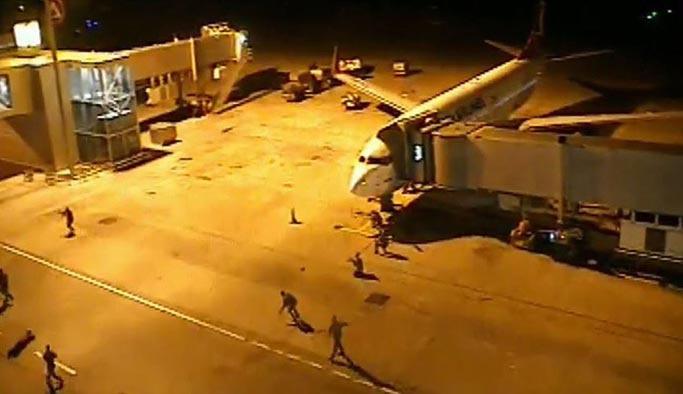 Darbecilerin havalimanını işgal girişiyle ilgili yeni görüntüler