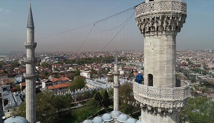 İstanbul camilerinin gerdanlıkları takılıyor