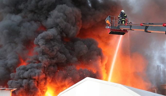 Tekstil fabrikası alev alev yanıyor, 30 araçla müdahale ediliyor