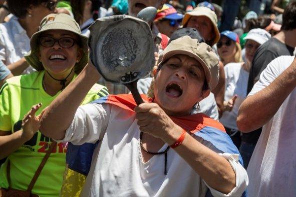 Venezuela'nın kaymak tabakası tencere tavalarla sokaklarda