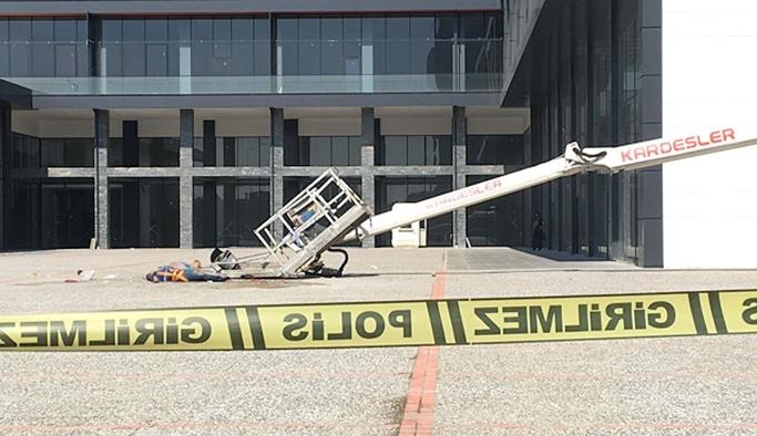 Cam silerken vinç devrildi: 2 işçi öldü