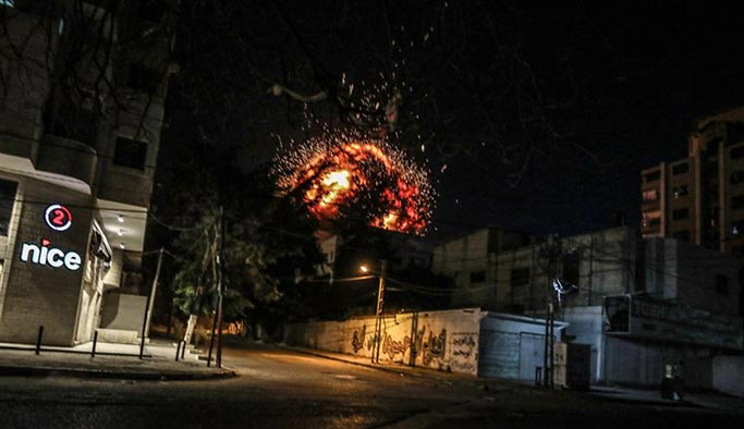 İsrail Anadolu Ajansı'nın da bulunduğu binaya saldırdı