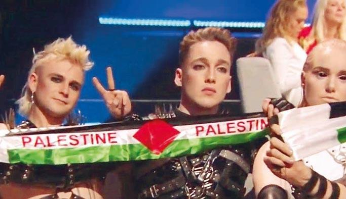 İsrail'deki Eurovizyon yarışmacıları Filistin bayrağı açtı