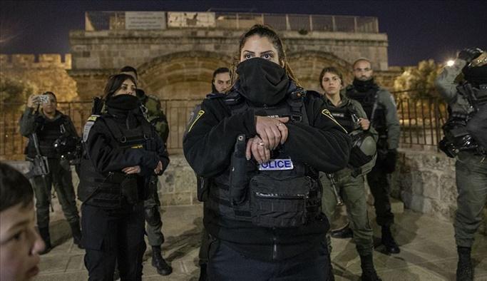 İsrail polisi Mescid-i Aksa'da namaz kılanları zorla çıkarttı