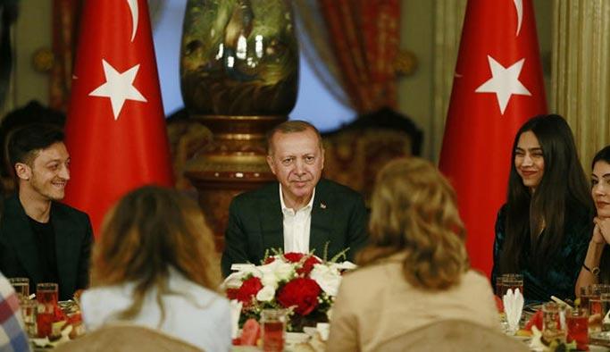 Mesut Özil, Cumhurbaşkanı Erdoğan'ın iftarına nişanlısıyla birlikte katıldı