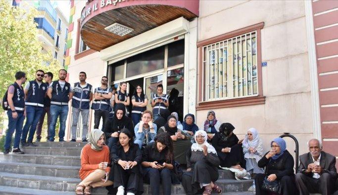 HDP'den evlatlarını isteyen annelere silahlı tehdit