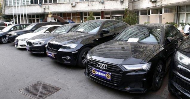 Hasarlı lüks araçların numarasını değiştirip satmışlar