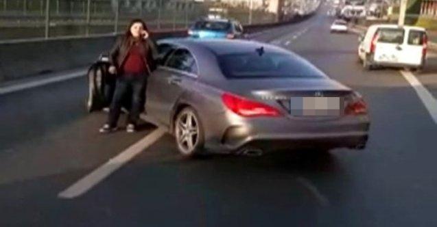 Kadın sürücü aracıyla yolu trafiğe kapattı