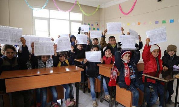 Suriyeli öğrenciler de karne aldı