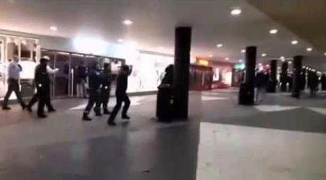 Onlarca ırkçı maskeli mültecilere saldırdı