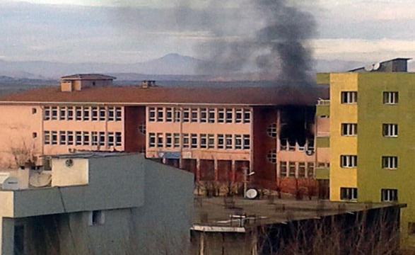 PKK'lılar üç okulu daha ateşe verdi