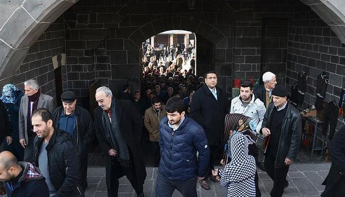 Diyarbakır'da Cuma çıkışı teröre tepki