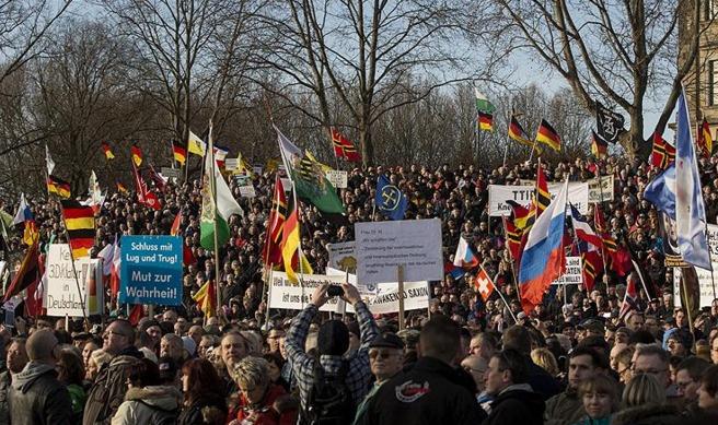 İslam karşıtları hakaret pankartlarıyla yürüdü