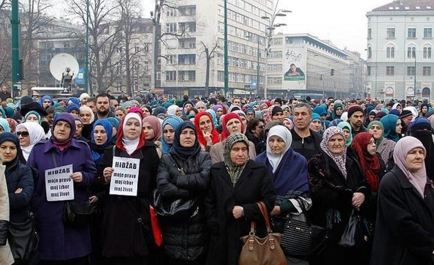 Bosna yargısındaki başörtüsü yasağı protesto edildi