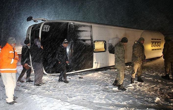 Üç ayrı şehirde yolcu otobüsleri devrildi