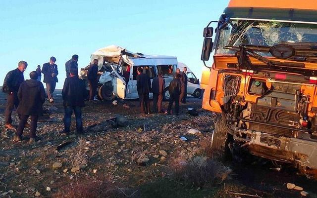 Okul servisi TIR'la çarpıştı: 5 ölü, 17 yaralı