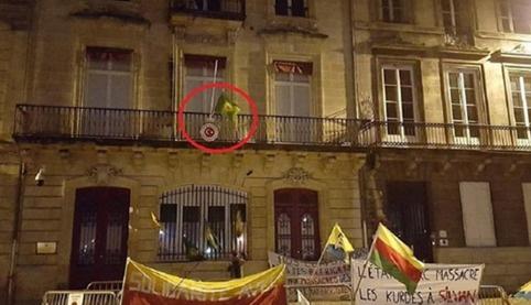 PKK'lılar Türk konsolosluğuna Öcalan posteri astı