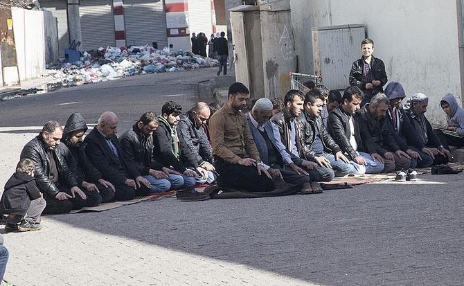 Cizre'de Cuma namazı sokaklarda kılındı