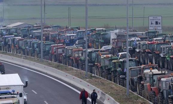Yunan çiftçiler sınırı tamamen kilitledi