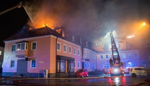 Sığınmacı binası yanarken ırkçılar gülüyordu