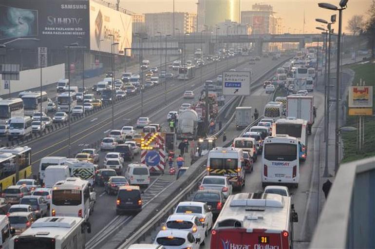 E-5 trafiğini kilitleyen kaza