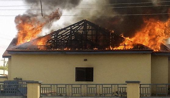 Boko Haram onlarca evi ateşe verdi
