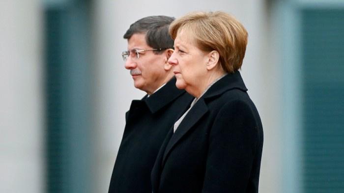 Davutoğlu, Merkel'le telefonda görüştü