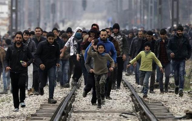 Mültecilerin ilk tepkisi: Yardım et Merkel!