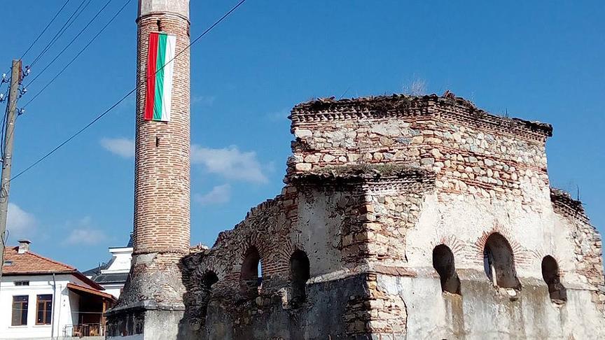 Camiye Bulgar bayrağı provokasyonu