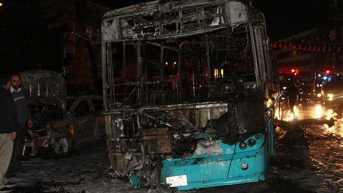 Okmeydanı'nda yolcuları indirip, otobüsü yaktılar