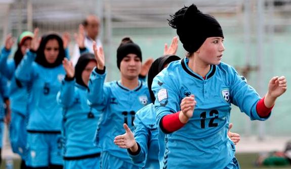 Afgan kadın futbolculara başörtülü forma