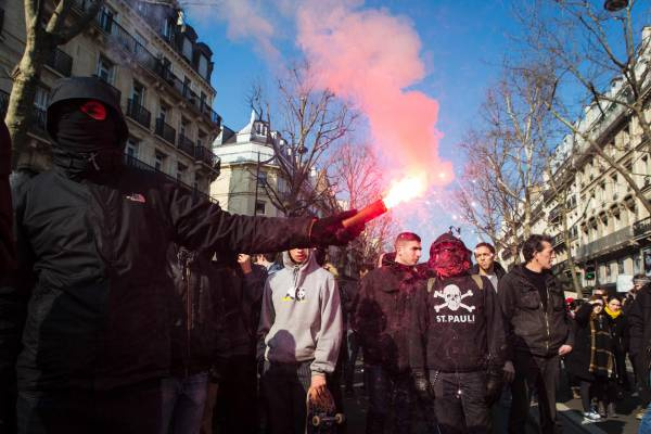 Paris'te olağanüstü hal karşıtları yürüdü