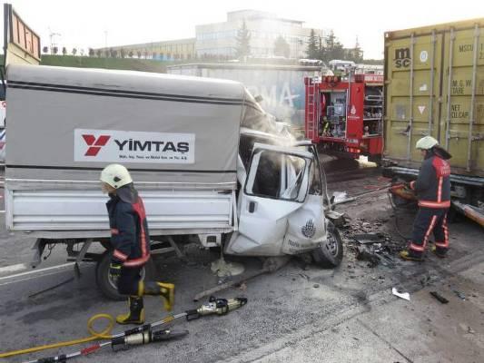 TEM'de kaza: İki belediye işçisi öldü