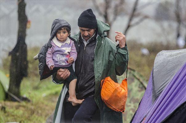 Adalardaki sığınmacılar ana karaya taşınıyor