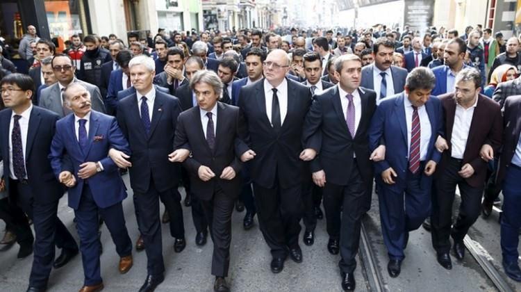 Başkonsoloslar İstiklal Caddesi'nde yürüdü