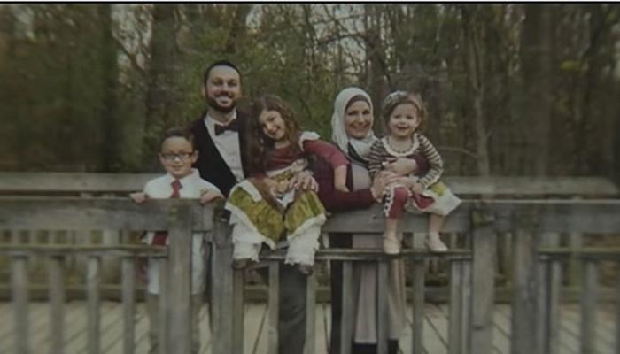 Müslüman aile uçaktan indirildi