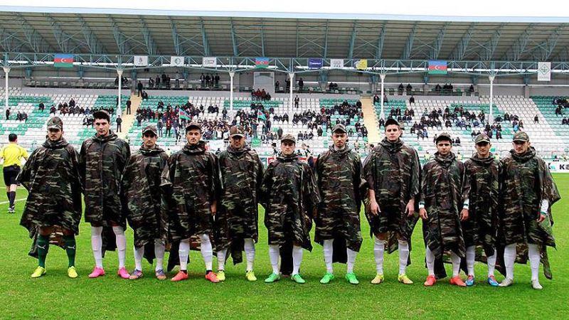 Azerbaycanlı futbolculardan askeri kıyafetli anma