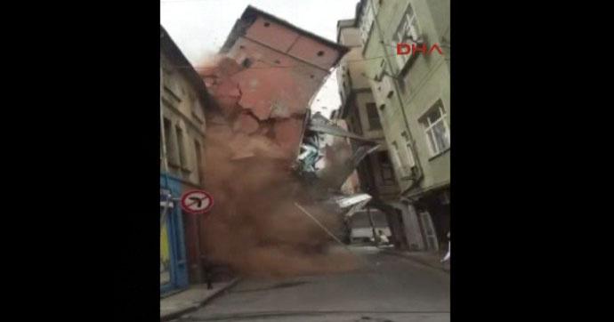 Beyoğlu'nda metruk binanın çökme anı | VIDEO